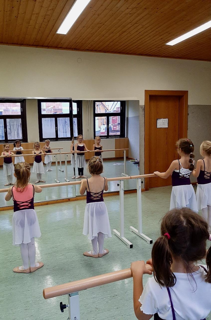 Neue Ballettstangen und Spiegel für den Tanzunterricht