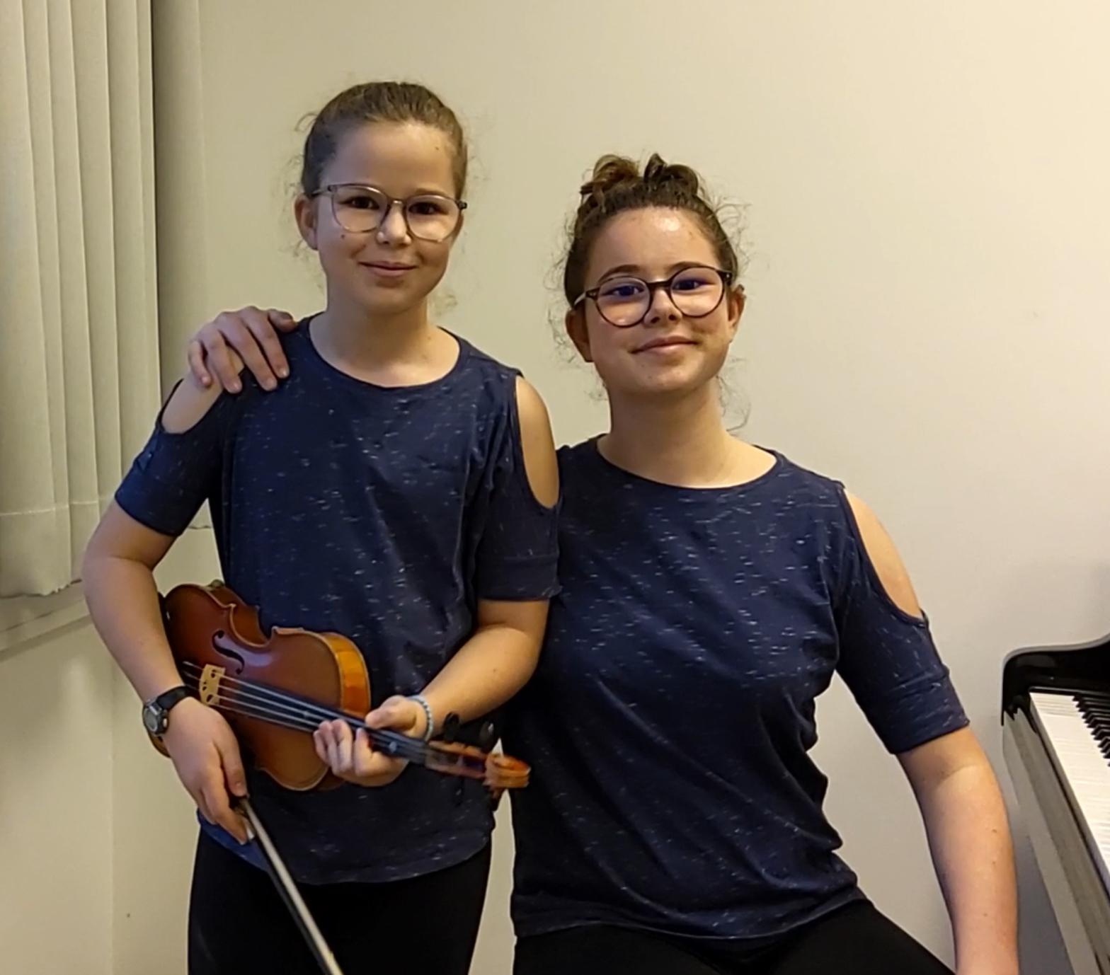 Jana und Jadea begrüßen den Frühling mit Geige und Klavier