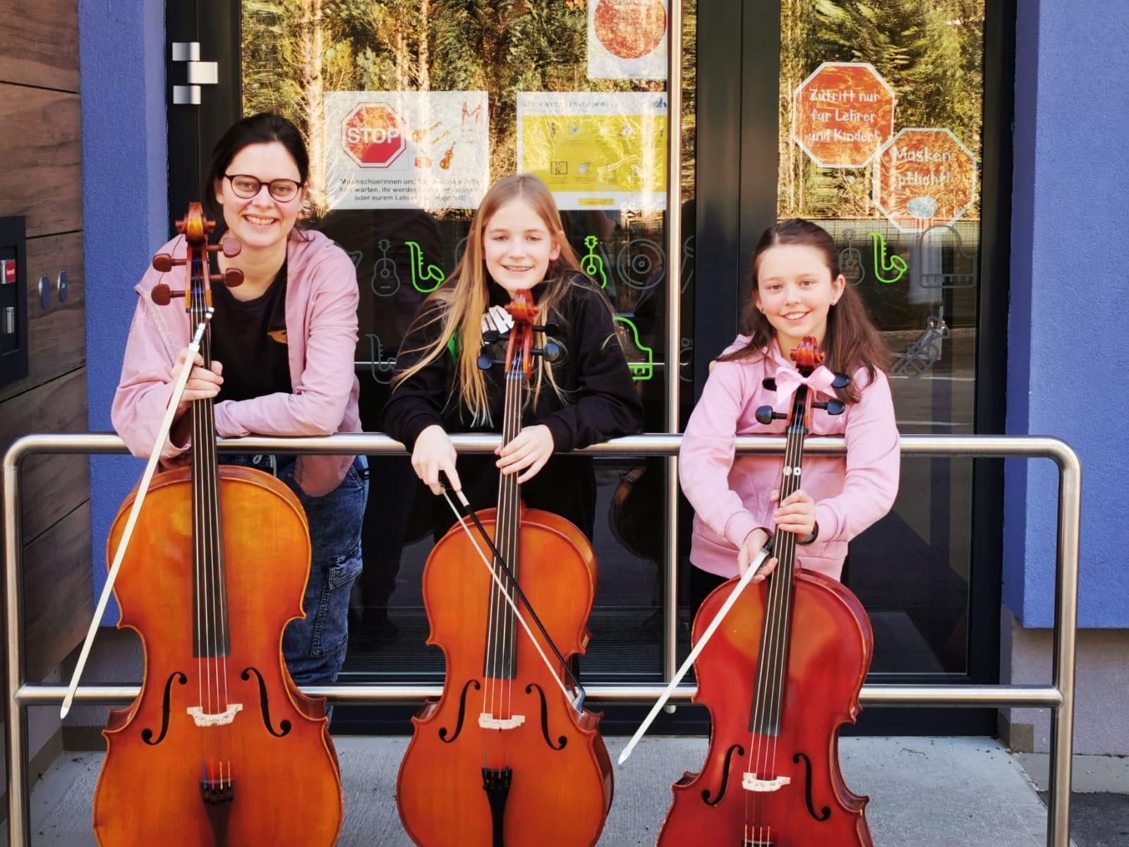 Lena und Annika haben Spaß beim Cellospielen!