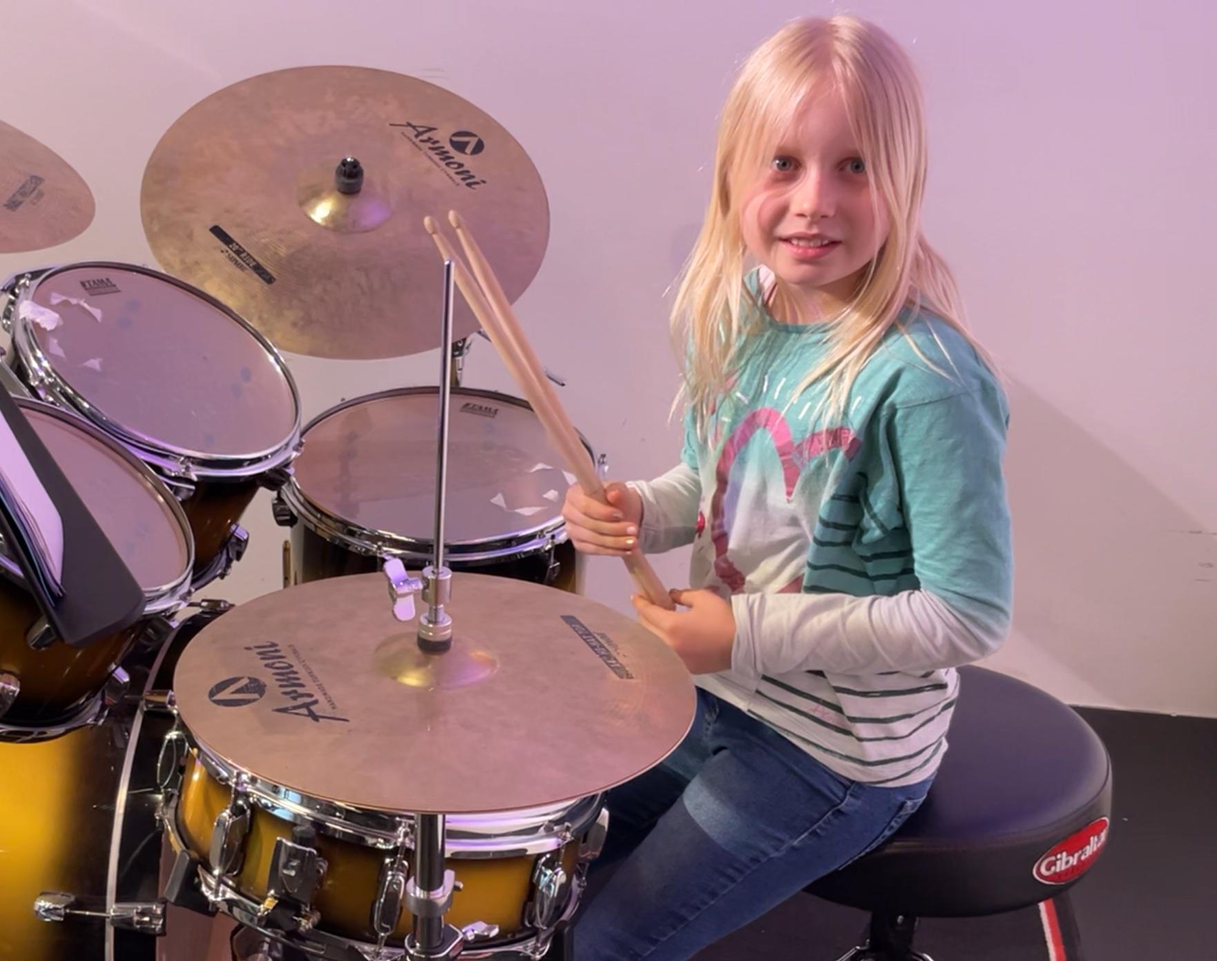 Alice am Schlagzeug