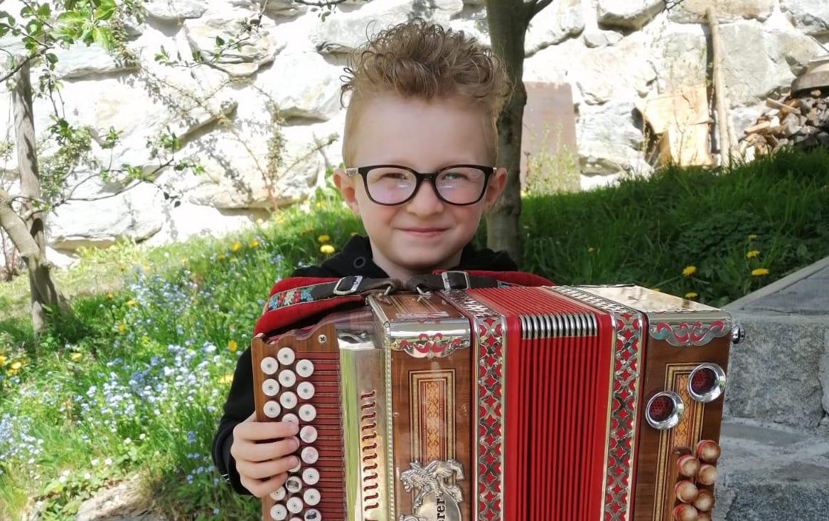 Florian musiziert auf der Steirischen Harmonika