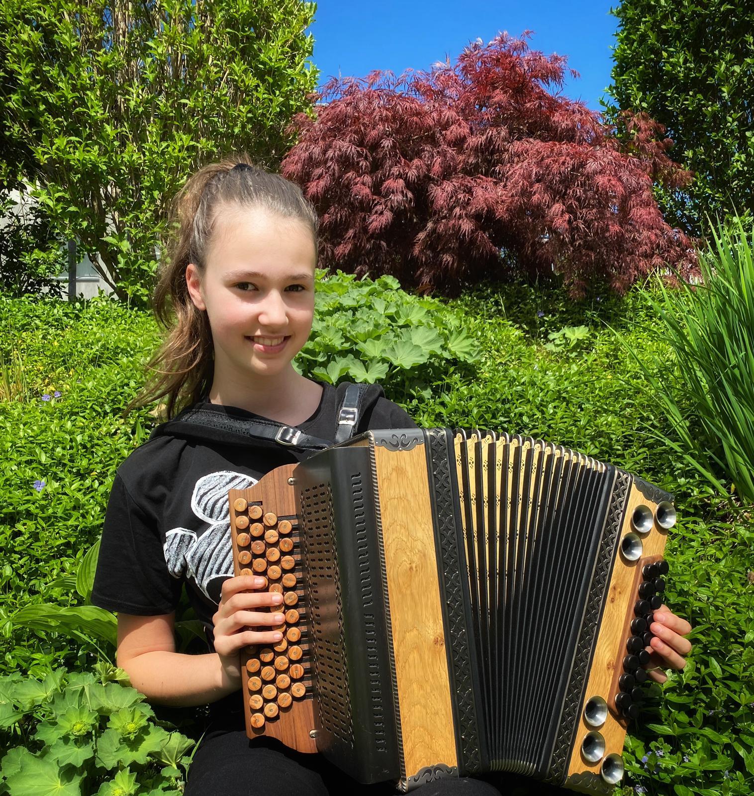 Jana Friesenbichler mit ihrer Steirischen Harmonika…