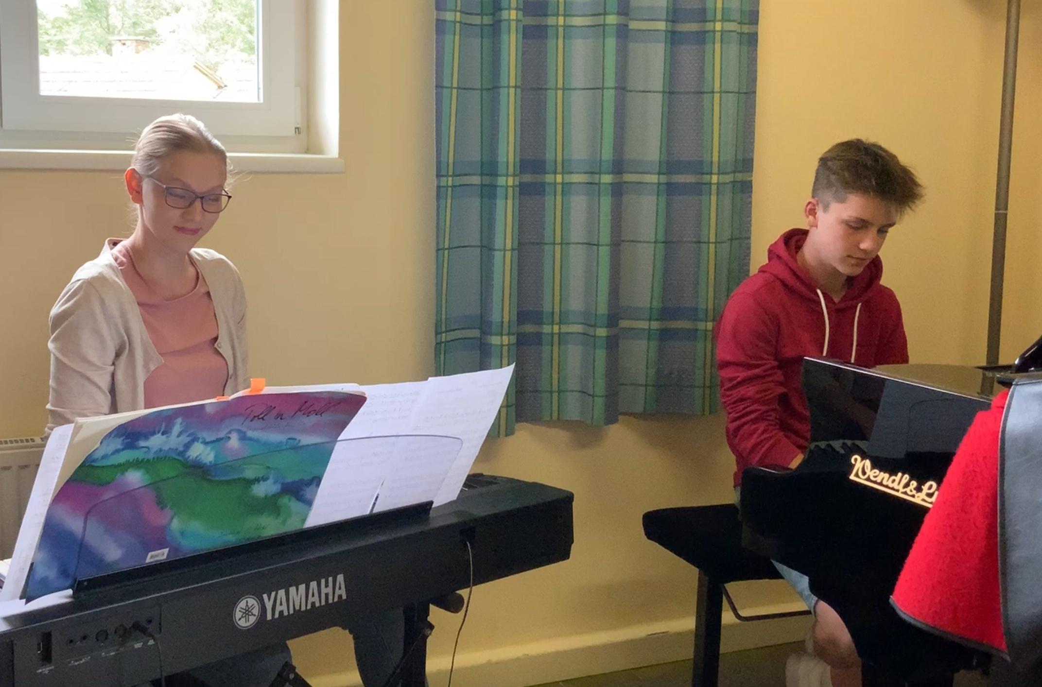 Sandra und Markus auf zwei Klavieren